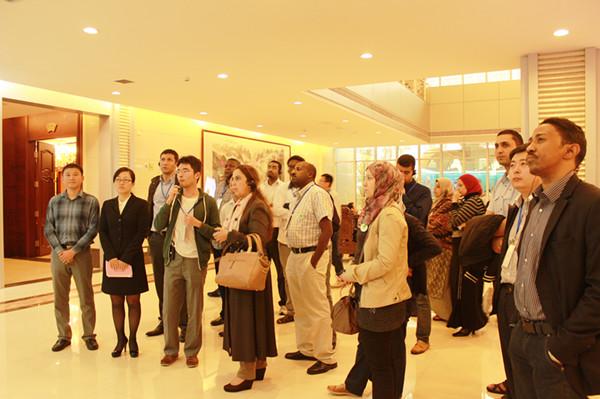 非洲国家青年电子商务领袖培训班学员参观康美药业