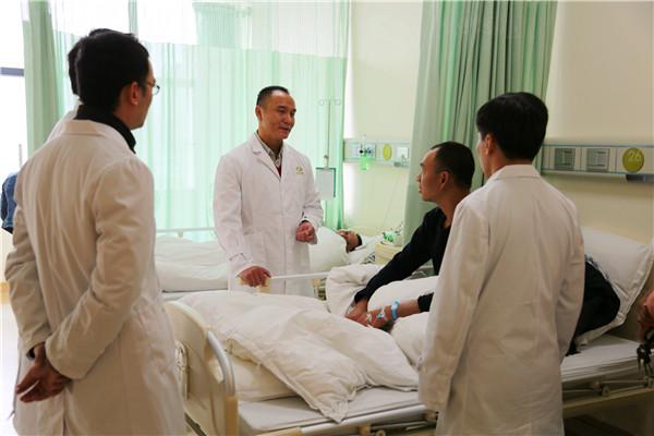 广州知名微创外科专家来康美医院开展义诊手术