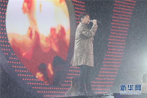 谭咏麟风雨中敬业演唱 为一家企业的风雨兼程二十载