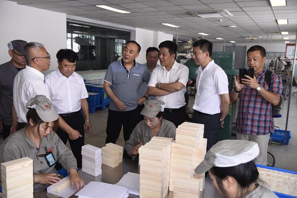 康美药业总经理刘国伟赴东北调研人参种植生产工作
